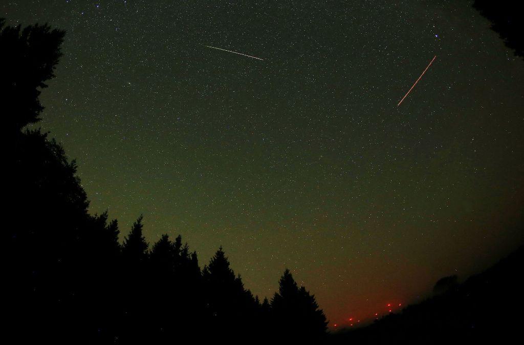 Mitte August kreuzt die Erde die Bahn des Kometen Swift-Tuttle. Dabei gelangen Kometenpartikel in die Erdatmosphäre – Sternschnuppen entstehen. Foto: dpa
