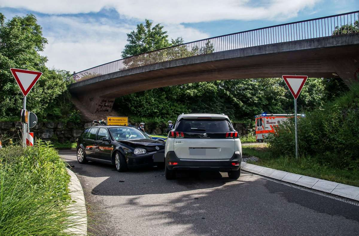 Durch die Wucht des Aufpralls stieß der VW-Fahrer gegen den Peugeot eines 56-Jährigen. Foto: SDMG/ Dettenmeyer