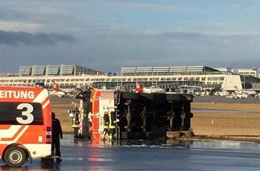 Auf dem Übungsgelände der Feuerwehr am  Flughafen ist am Dienstag ein Löschfahrzeug umgestürzt. Foto: Klaus Bilaniuk