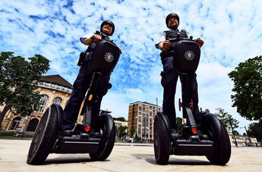 400 Polizisten sitzen auf gepackten Kartons