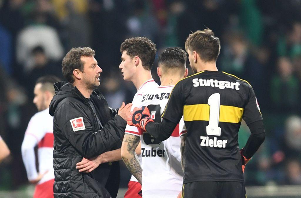 Markus Weinzierl (li.) gratuliert den Spielern vom VfB Stuttgart zum 1:1 gegen Werder Bremen Foto: dpa