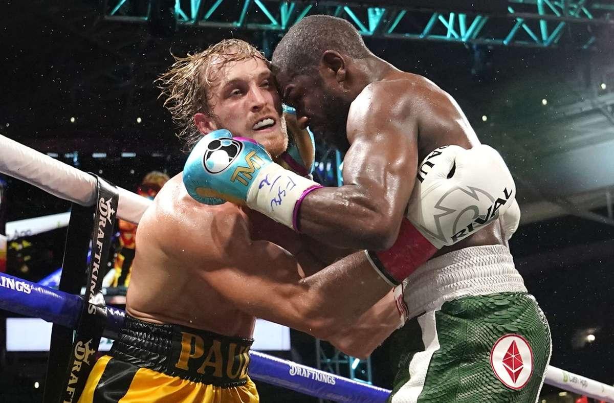Floyd Mayweather (rechts) und Logan Paul boxten am Sonntag bei einem Showkampf im Hard Rock Stadium in Miami. Foto: dpa/Lynne Sladky