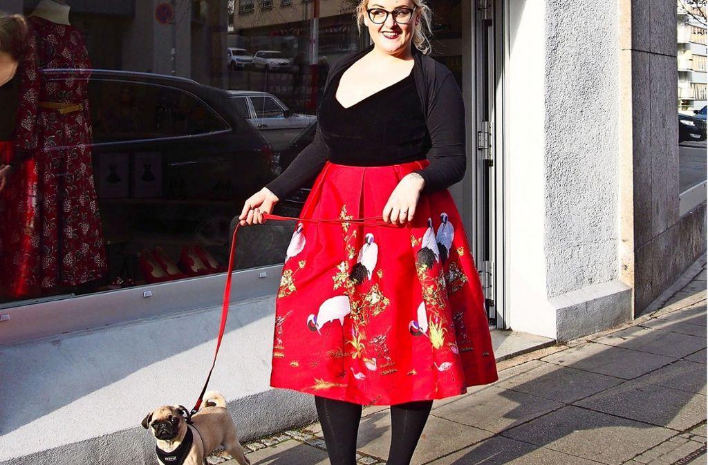 Mops-Mama aus Leidenschaft: Die Illustratorin Kim Hoss mit Mochi. Foto: Tanja Simoncev