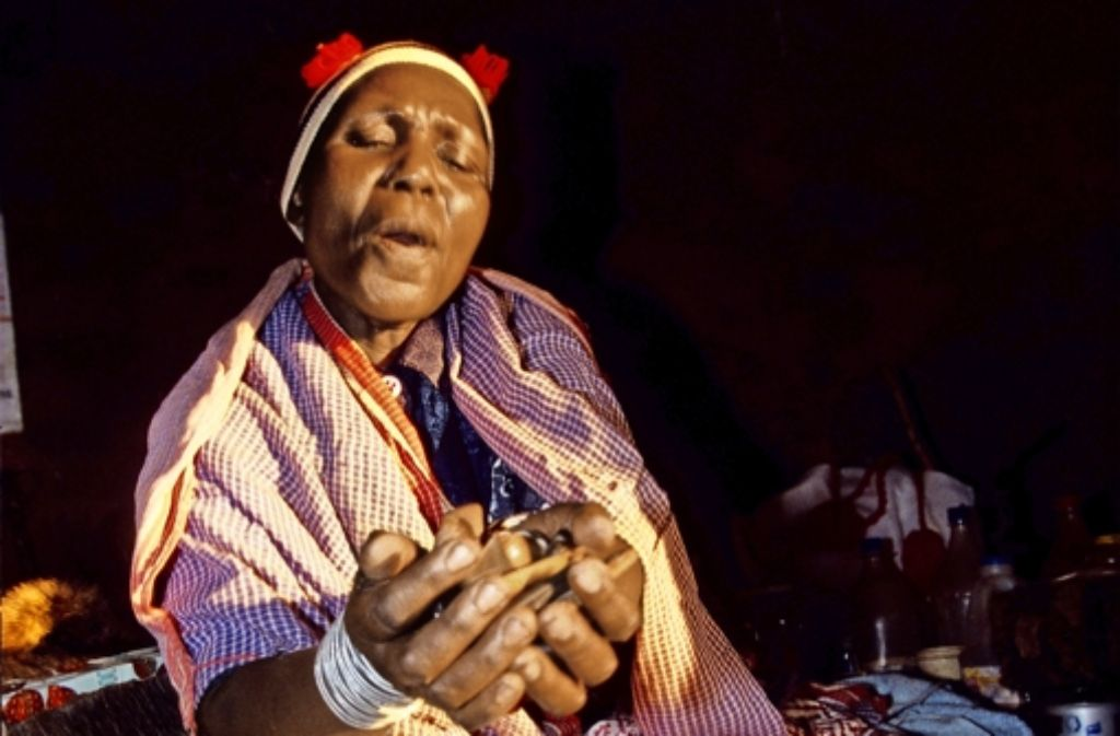 """Heilkunst oder Hexerei? Eine """"Sangoma"""" in Johannesburg bei der Arbeit Foto: Mauritius"""