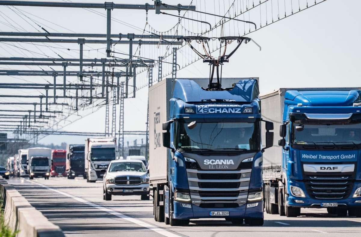 Das Foto zeigt Oberleitungs-Lastwagen, die in Hessen, in Erzhausen, fahren. (Archivbild) Foto: dpa/Frank Rumpenhorst
