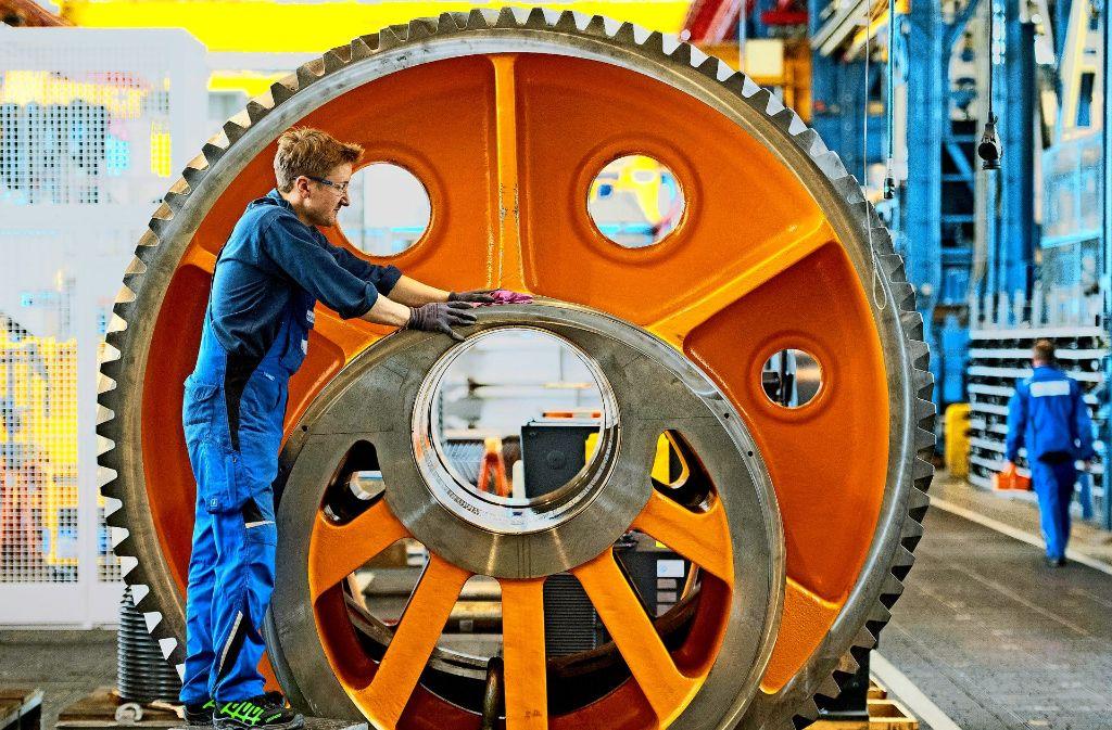 Der Göppinger Pressenhersteller Schuler hat erst kürzlich einen Großauftrag aus den USA erhalten. Auf unserem Bild prüft ein Mitarbeiter das Schwungrad für eine Presse. Foto: dpa