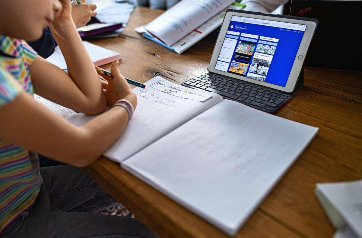 Lernen und Schulaufgaben im Homeschooling sind für manche Schüler schwierig. Lernrückstände sind mitunter die Folge. Foto: dpa/Guido Kirchner