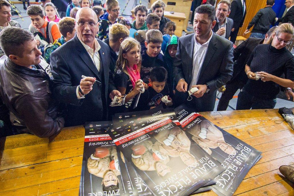 Unter dem Motto Blaue Flecke für soziale Zwecke treffen Porsche-Betriebsratschef Uwe Hück (Zweiter von links) und Ex-Boxer Luan Krasniqi (Zweiter von rechts) am 16. November in Ludwigsburg aufeinander. Bilder von der Pressekonferenz am 18. September gibt es in unserer Fotostrecke. Foto: www.7aktuell.de   Karsten Schmalz
