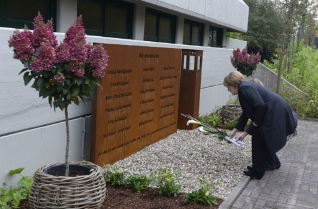 Bundeskanzlerin Angela Merkel legt an der Gedenkstätte des Joseph-König-Gymnasiums in Haltern Blumen nieder. Foto: POOL AFP