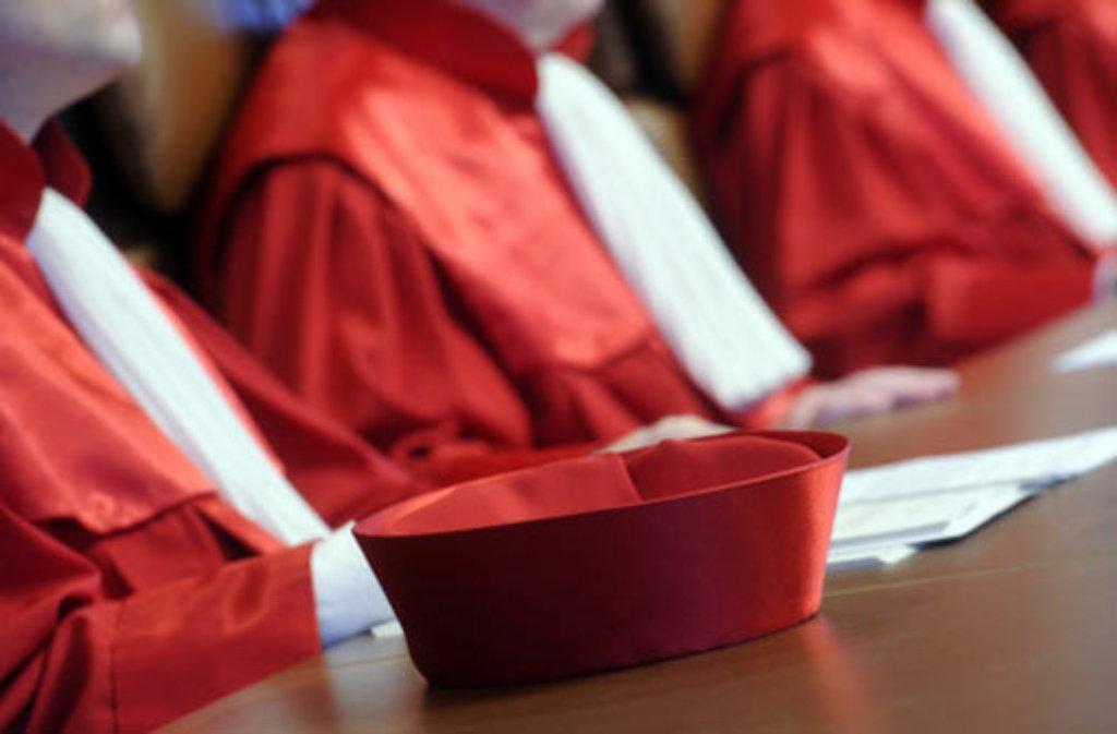 Juristen in roten Roben: insgesamt sechzehn Richter, aufgeteilt in zwei Senate, prüfen in Karlsruhe, ob die Verfassung eingehalten wird. Foto: dpa