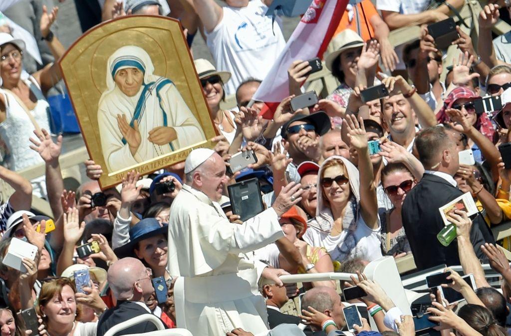 Papst Franziskus, hier bei der Heiligsprachung von Mutter Teresa, ist mal wieder auf Reisen. Foto: AFP
