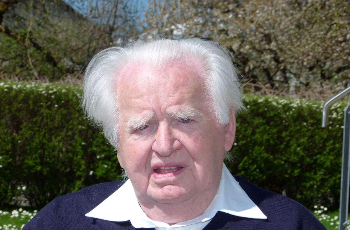 Gerhard Till ist auch mit 100 Jahren voller Lebensmut und immer interessiert am aktuellen Weltgeschehen. Foto: Holger Schmidt