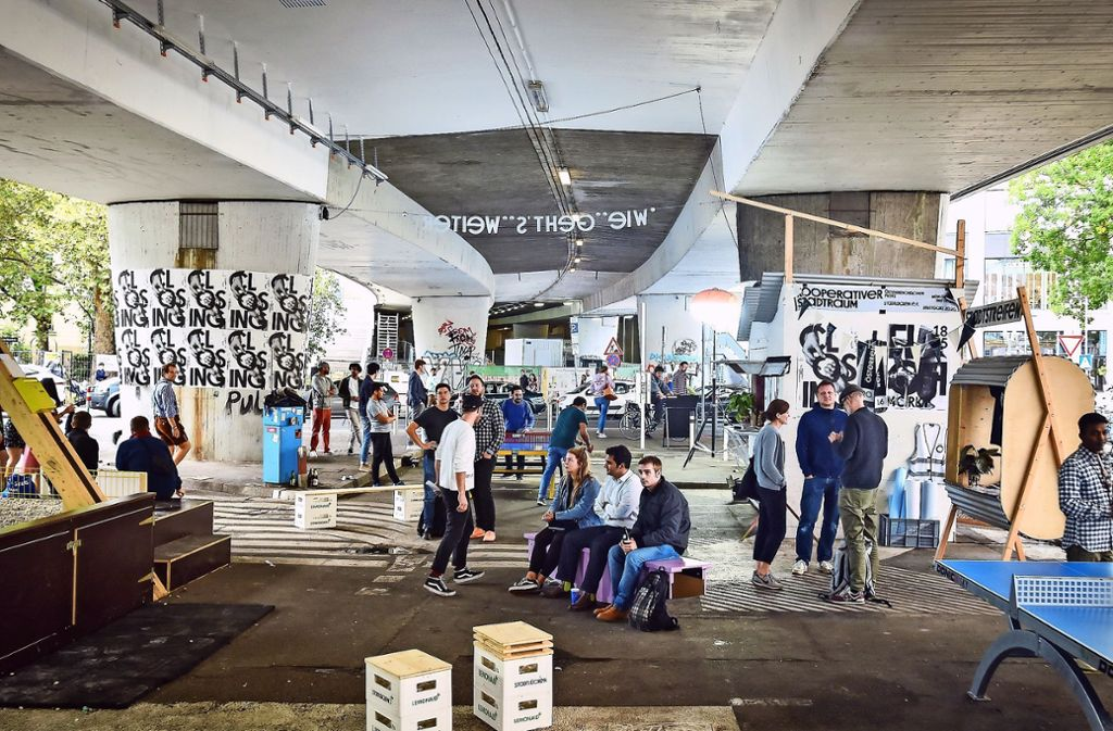 Bei einer Veranstaltung treffen sich im Oktober vor der Corona-Krise   unter der Brücke Besucher. Foto: Lichtgut/Iannone