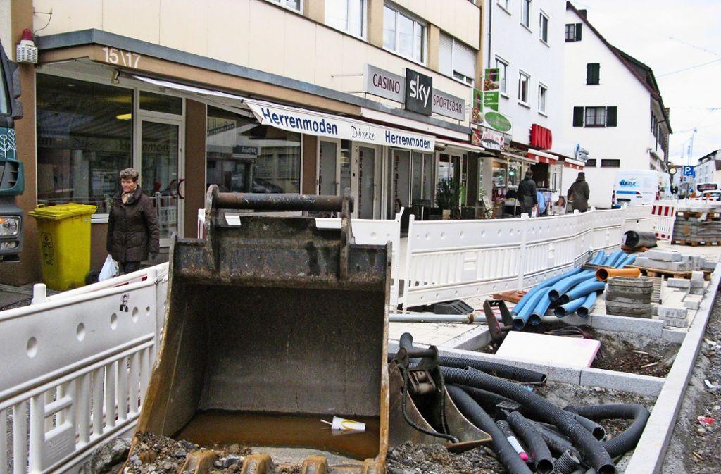 Die Baustelle ist mitten im Ort – und die Geschäfte und Händler haben mit den Einschränkungen zu kämpfen.Foto: Eva Schäfer Foto: