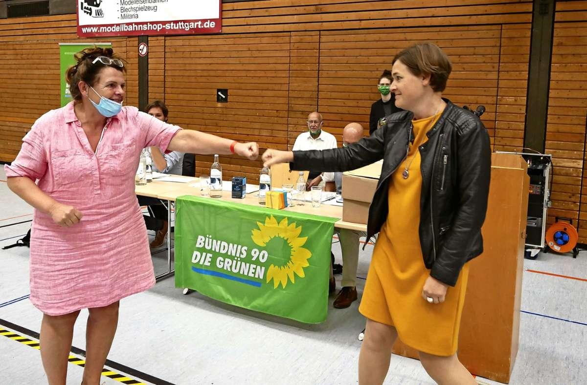 Mehr freundliche Begrüßung als Kampf mit harten Bandagen: Edda Bühler (links) unterliegt bei der Nominierung der Grünen-Kandidatin Silke Gericke Foto: Uwe Roth