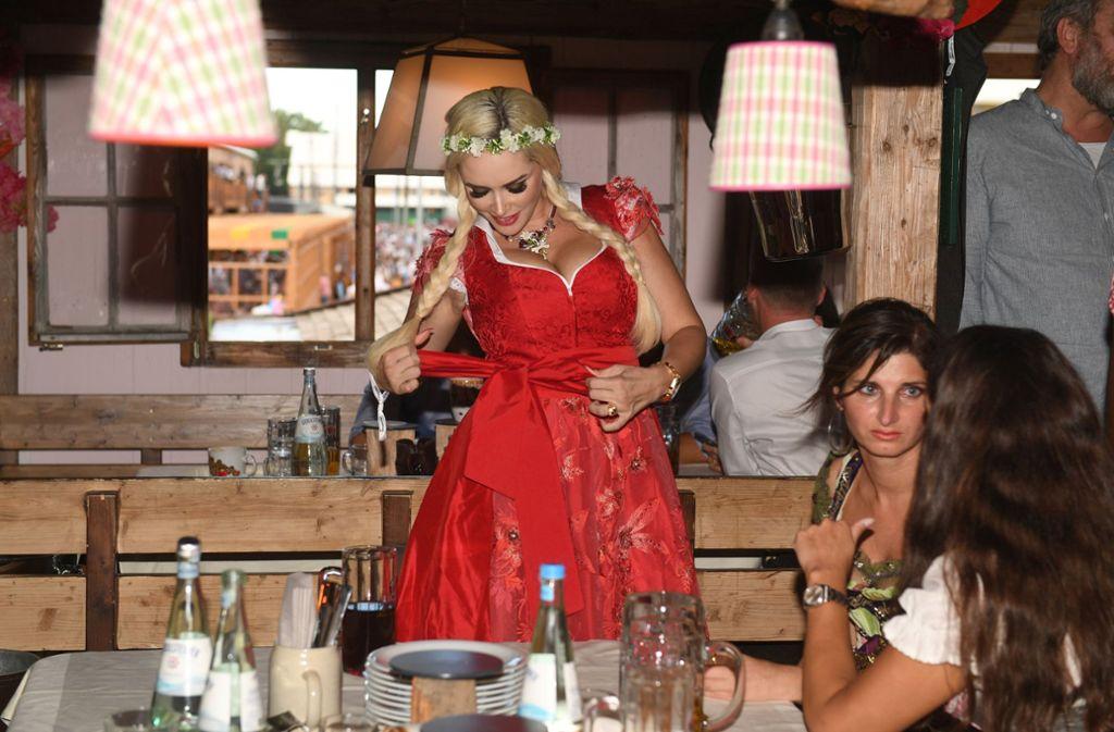 Lady in Red: Daniela Katzenberger wählte für ihren Besuch auf der Wiesn ein rotes Dirndl. Foto: dpa