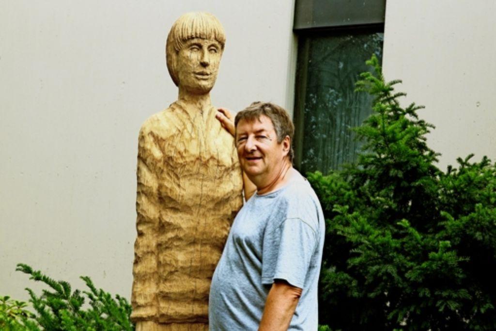 Robert Koenig mit einer seiner Skulpturen. Die Figur stellt Anton Köhler dar. Die Nazis ermordeten den Sinto-Jungen, der nicht einmal 13 Jahre alt wurde, in Auschwitz. Foto: Ines Rudel