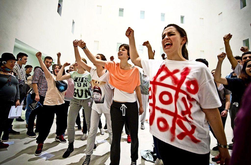 Jugendliche   im Lokstoff-Stück Revolutionskinder in der Stadtbibliothek Foto: Lokstoff