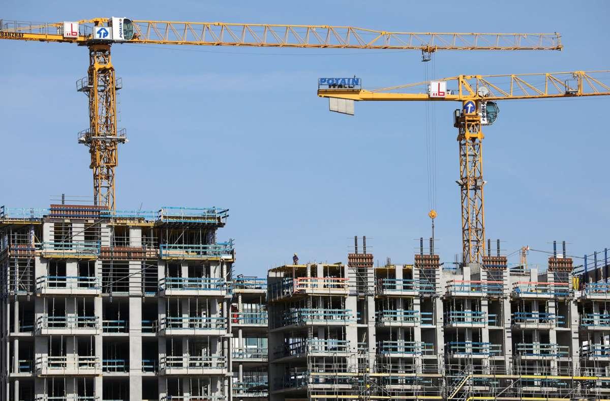 Mehrstöckige Wohnhäuser, standardisierte Grundrisse – so sieht konventioneller Wohnbau aus. Aber passt der überhaupt noch? Foto: dpa/Christian Charisius
