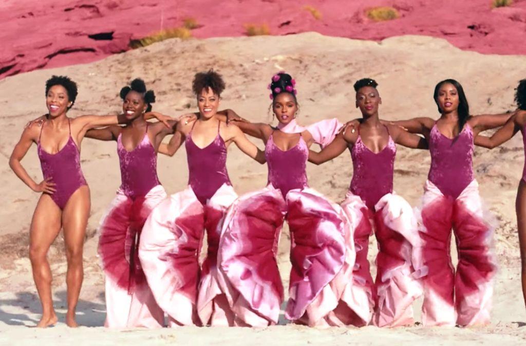 """In dem Video zu dem Song """"Pynk"""" tragen Janelle Monáe und ihre Backgroundsängerinnen Hosen, die an eine Vulva erinnern sollen. Foto: Warner"""