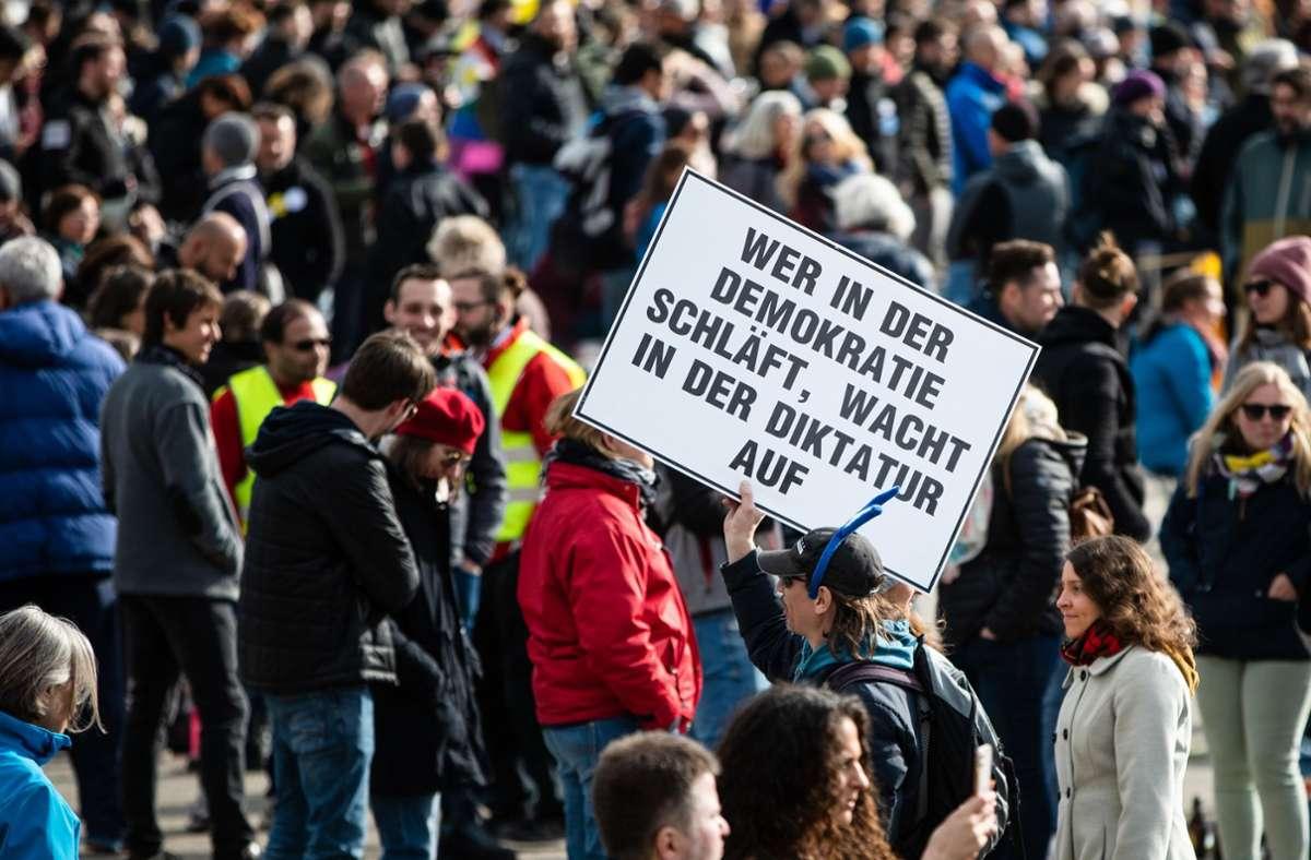 Politiker und Polizeigewerkschaft haben Teilnehmer und Stadt für die Corona-Demos in Stuttgart scharf kritisiert. Foto: dpa/Christoph Schmidt