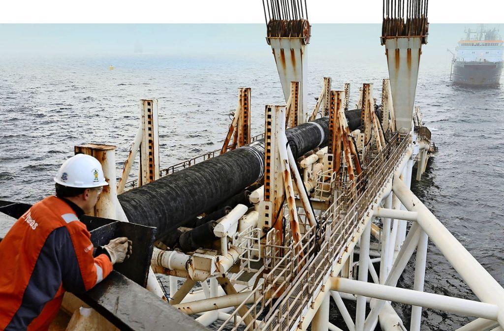 Das Schiff Audacia verlegt in der Ostsee vor der Insel Rügen Rohre für die umstrittene Erdgas-Pipeline Nord Stream 2. Foto: dpa