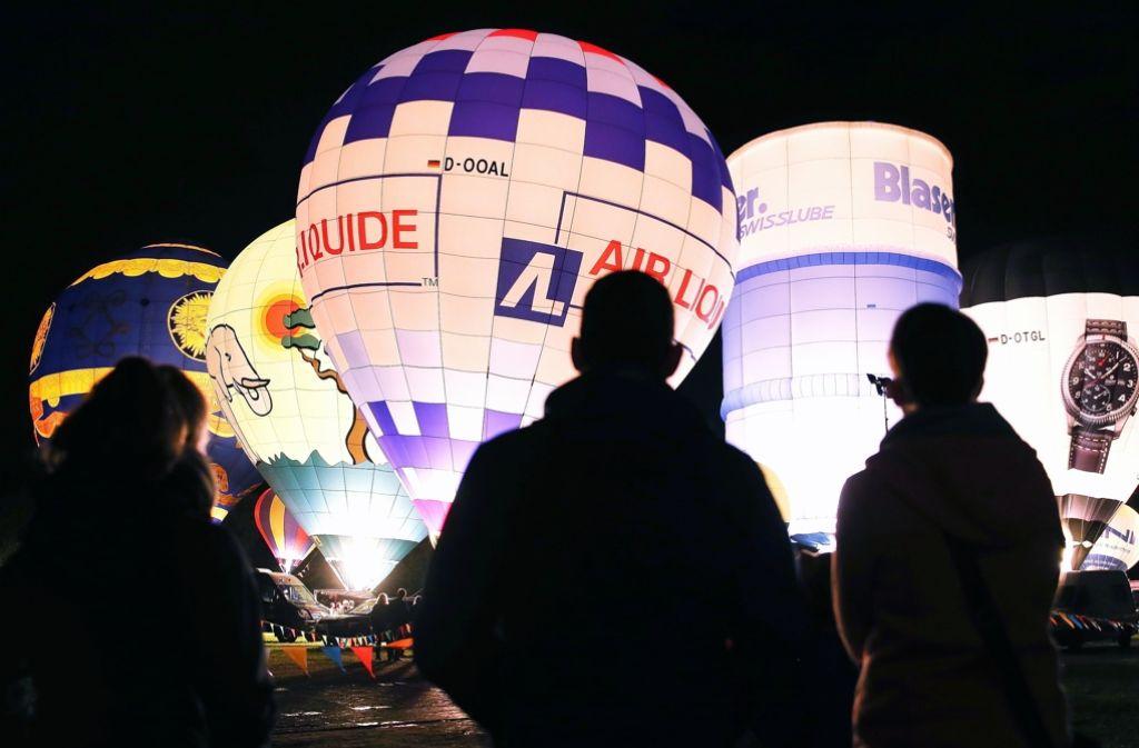 Gasballone warten auf den Start zum Gordon-Bennett-Cup. Foto: dpa