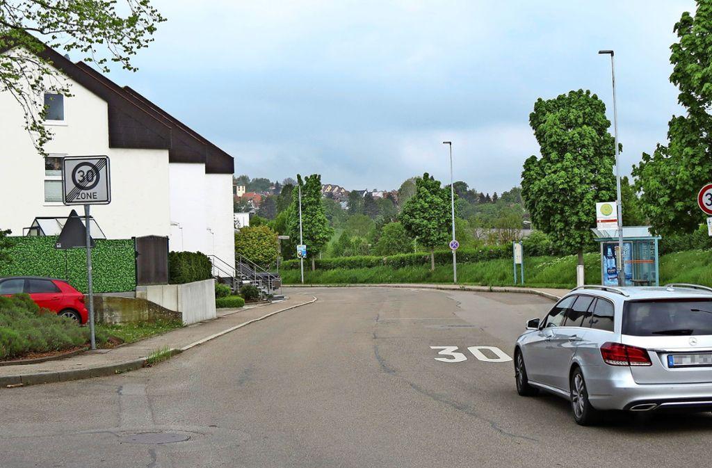 Verwirrung pur: Links wird die   Tempo-30-Zone aufgehoben, rechts wird Tempo 30 angeordnet. Foto: Otto-H. Häusser