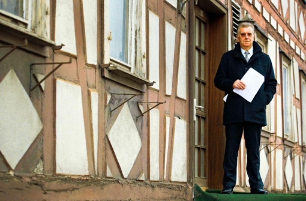 Der Gasthausretter Franz Hafner vor dem historischen Gebäude Foto: Frank Eppler