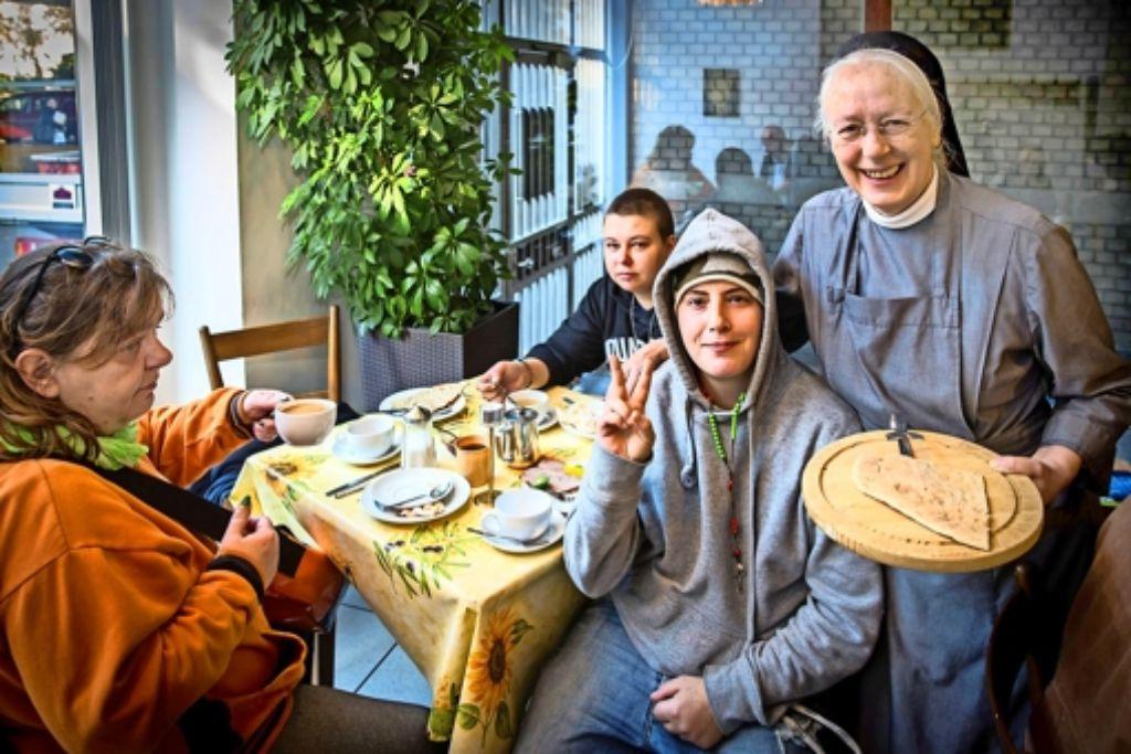 Bei Schwester Margret gibt es Nahrung für Leib und Seele. Foto: Lichtgut/Achim Zweygarth