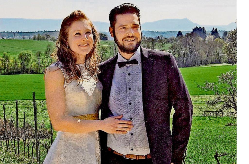 Nach dem Standesamt in den Weinberg des Schwiegervaters: der Wahl-Roßwäldener Markus Eberhardinger hält seine Christina voller Stolz im Arm. Foto: privat