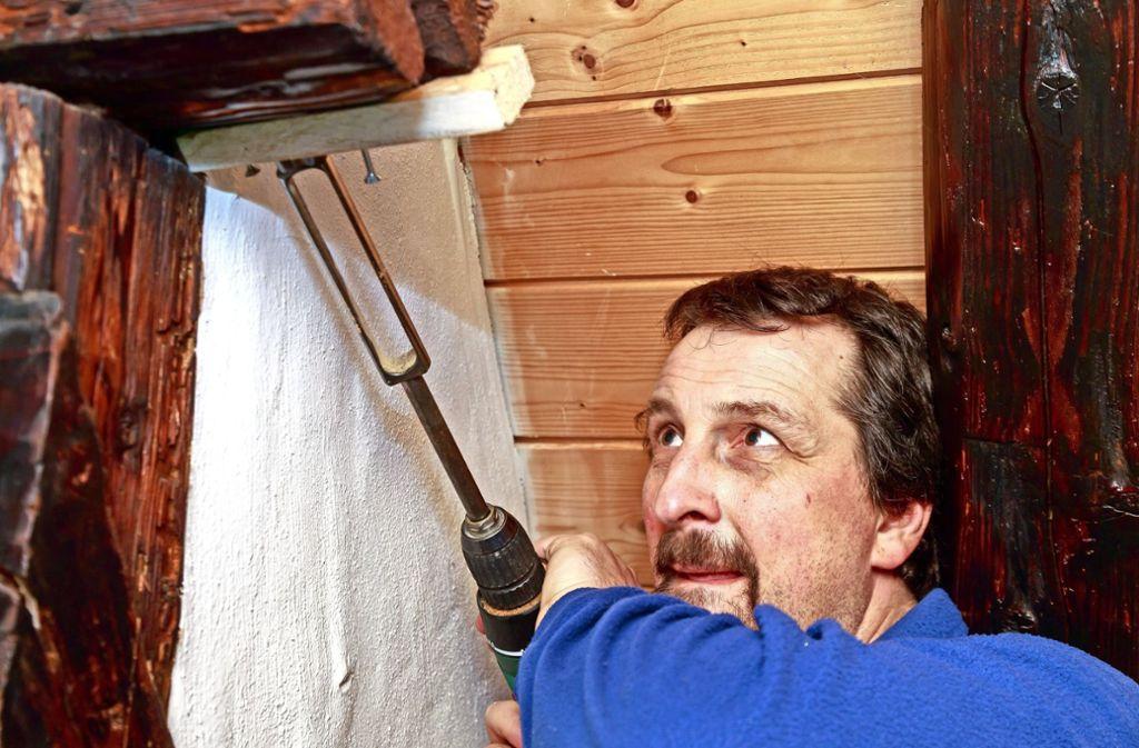 Der Experte Tilmann Marstaller untersucht Holz aus den Balken alter Häuser, dafür fräst er ein Stück heraus. Er nutzt aber auch seine Nase. Foto: Thomas Krämer