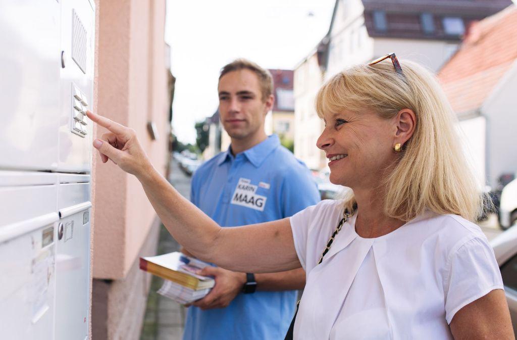 Straßenwahlkampf in Zuffenhausen: Karin Maag mit ihrem Wahlkampfhelfer Max Kottmann in der  Hördtstraße Foto: Lichtgut/Verena Ecker
