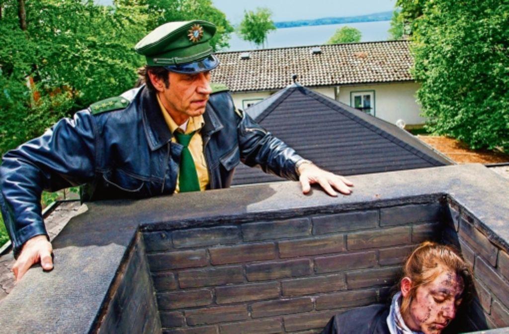 """Das Genre lebt von kauzigen Typen und Leichen, wo sie niemand erwartet – etwa im Kamin wie in dieser Szene aus """"Hubert und Staller mit Helmfried von Lüttichau. Foto: ARD"""