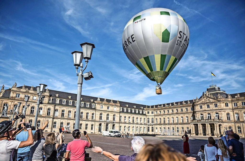Der Heißluftballon hebt an Stuttgarts Neuem Schloss ab. Foto: Lichtgut/Julian Rettig