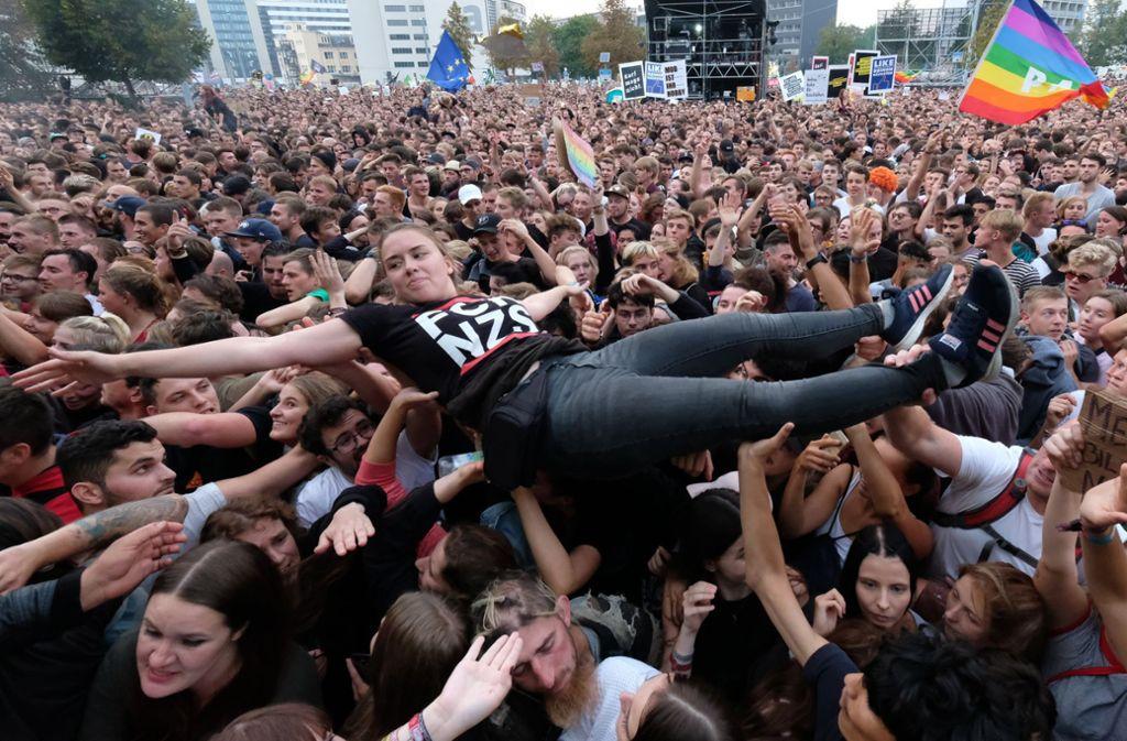 Nicht nur, wer in Chemnitz beim Konzert gegen Rechts war, sendet ein Signal: Unter dem Hashtag #wirsindmehr positionieren sich derzeit Tausende symbolisch im Netz. Foto: dpa