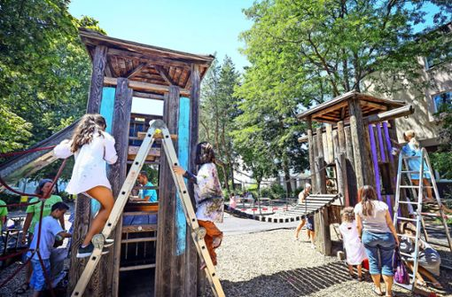 Neue städtische Mitarbeiter: Kinder streichen Spielgeräte