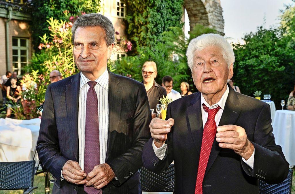Zwei Legenden: Der Ex-EU-Digitalkommissar Günther Oettinger (links) stand  Gotthilf Fischer im Blühenden Barock zur Seite.  Foto: factum/Bach