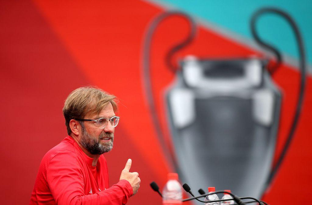 You'll Never Walk Alone? Reds-Trainer Jürgen Klopp und der Champions-League-Pokal Foto: dpa