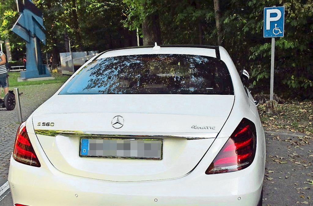 Der Wagen mit Konstanzer Nummer steht da, wo er nicht stehen sollte. Foto: privat