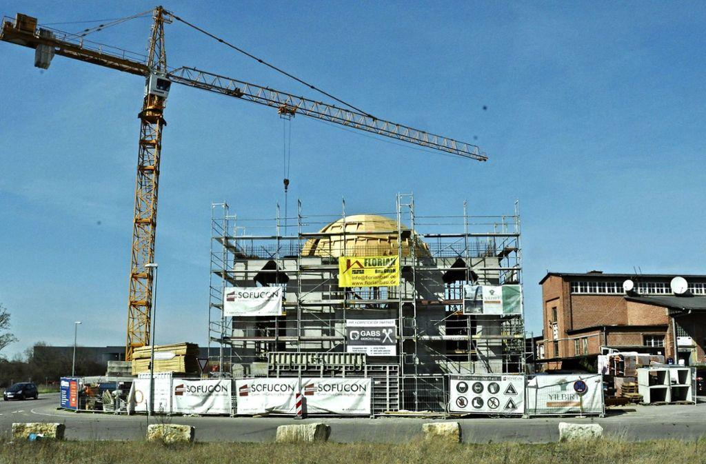 Die  Kuppel der neuen Moschee ist bereits zu erkennen. Foto: Peter Meuer