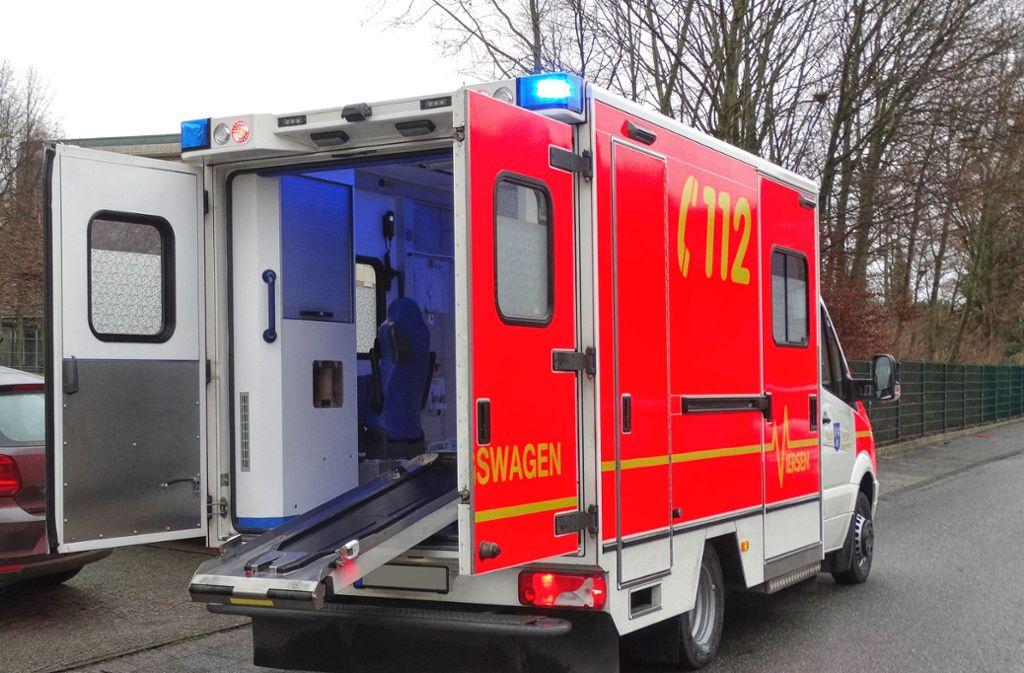 Die 20-Jährige attackierte die Einsatzkräfte in einem Rettungswagen. (Symbolbild) Foto: Shutterstock/Lilia Solonari