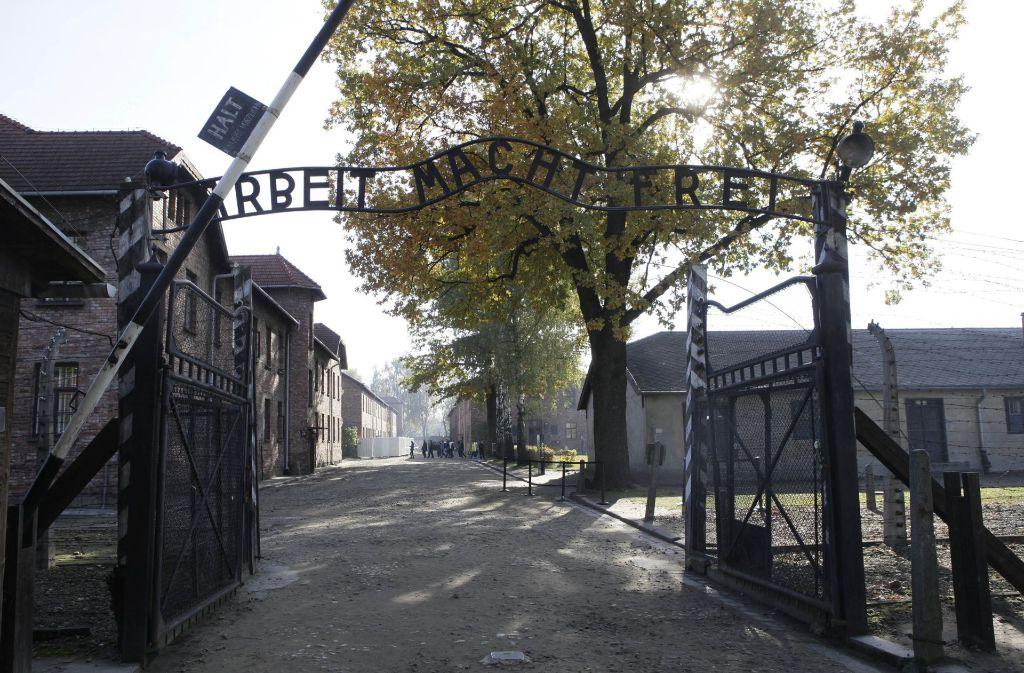 Vor dem Tor des ehemaligen Konzentrationslagers Auschwitz schlachtete eine Gruppe Männer und Frauen eine Ziege. Anschließend entkleideten sie sich. Foto: AP