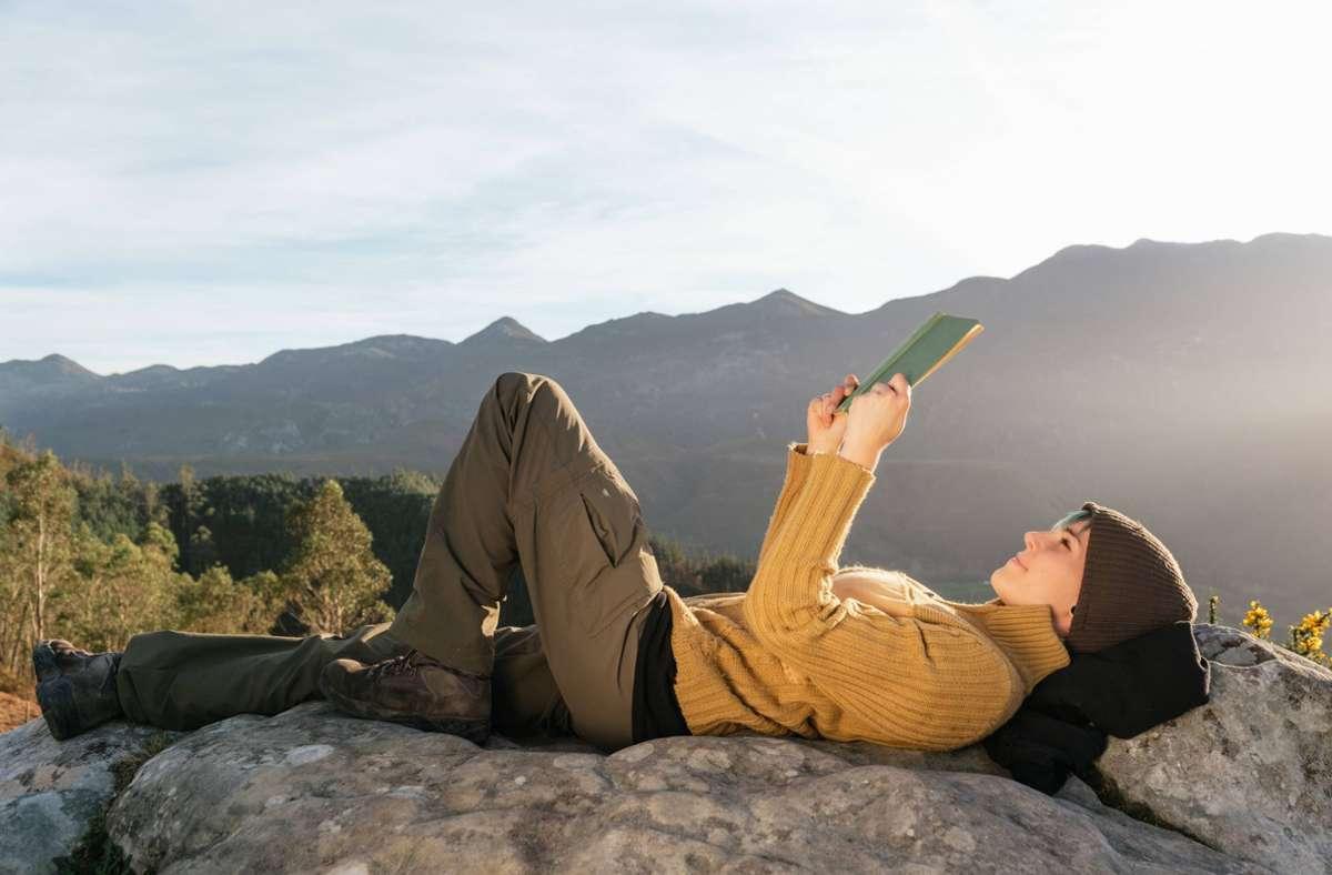 Reisen ist schon auch schön, aber lesen ist noch schöner. Foto: imago images/Addictive Stock/Alberto Menendez