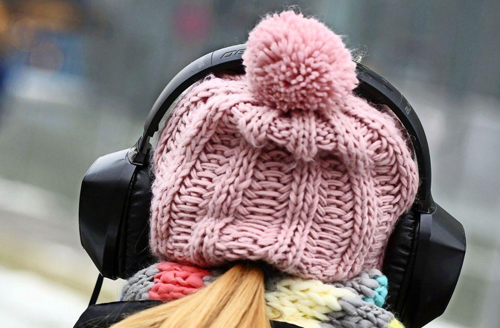 Wer am liebsten gar keine Autogeräusche mehr hören will, dem helfen Kopfhörer. Foto: dpa/Martin Gerten