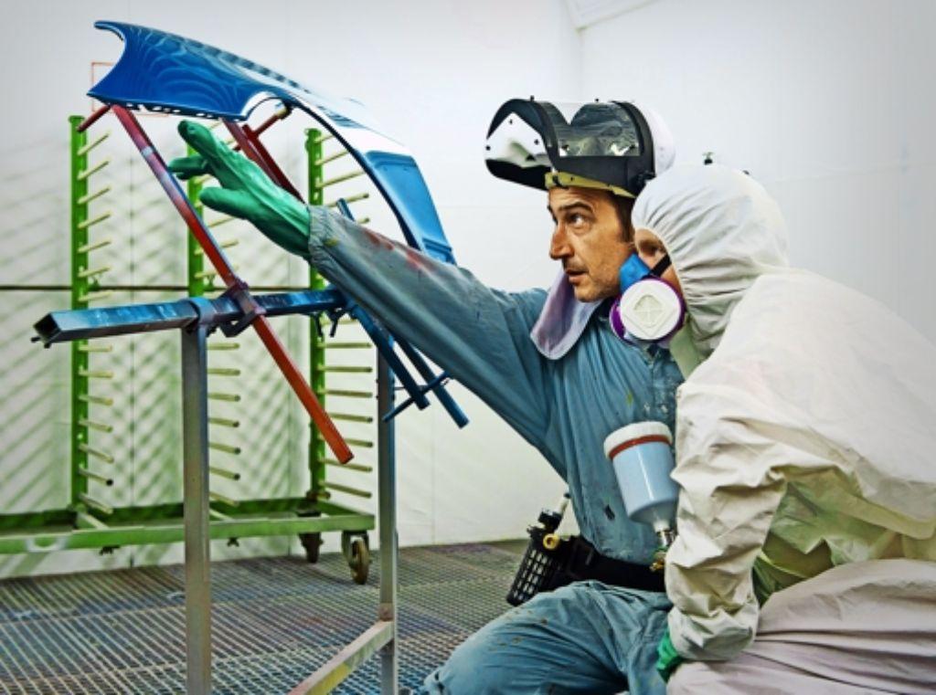 Szenen aus dem Technischen Schulzentrum: So wird ein Kotflügel lackiert. Foto: dpa