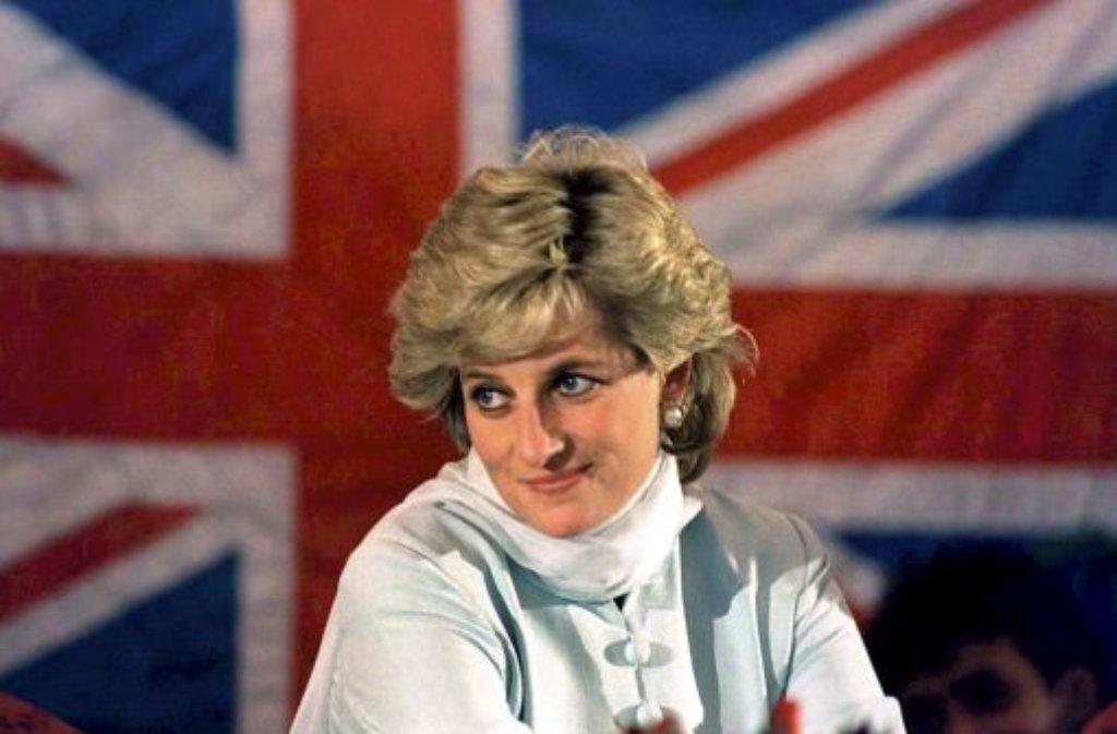 Im Leben gejagt, im Tod fast wie eine Heilige verehrt: Prinzessin Diana spielte mit den Medien - und die Medien mit ihr. Vor 15 Jahren, am 31. August 1997 nahm ihr Leben an einem Brückenpfeiler in Paris ein tragisches Ende. Foto: dpa