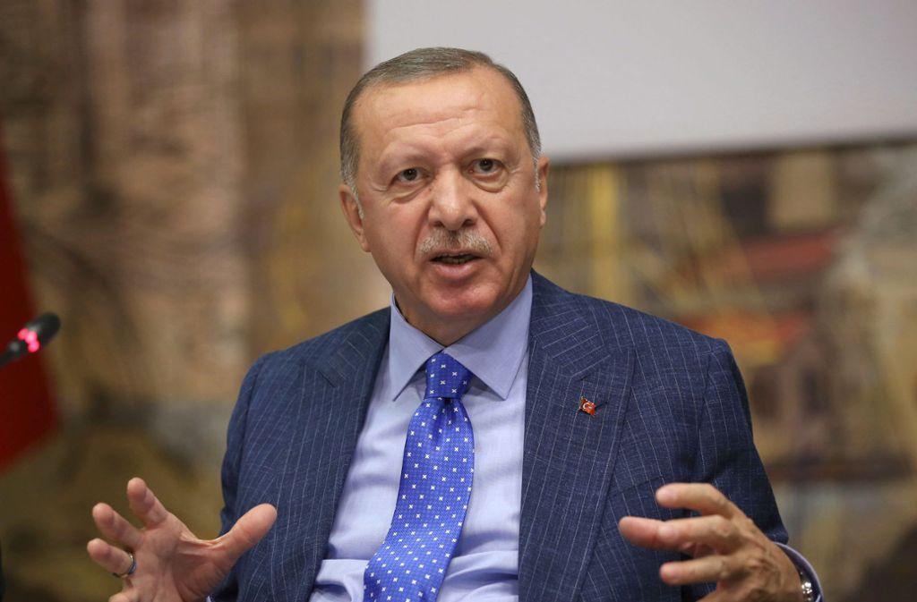"""Der türkische Präsident Recep Tayyip Erdogan hat mit Kanzlerin Angela Merkel telefoniert. """"Sind wir jetzt Nato-Partner oder nicht?"""", soll er in dem Gespräch gefragt haben. Foto: dpa"""