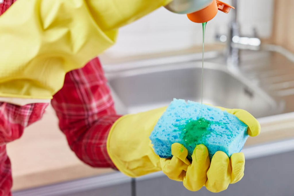 Wie wirkt das Spülmittel? Foto: wertinio / shutterstock.com