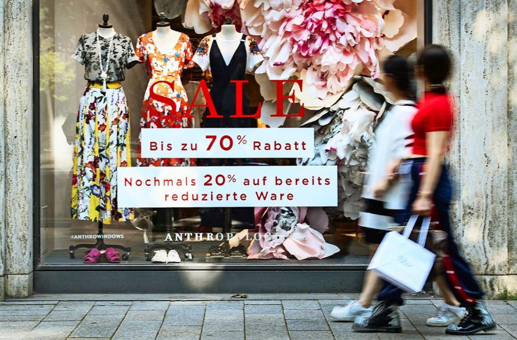 Günstige und gehobene Preislagen funktionieren: Die Modeanbieter aus der Mitte stehen dagegen unter Druck. Der harte Konkurrenzkampf mündet in Rabattschlachten. Foto: dpa